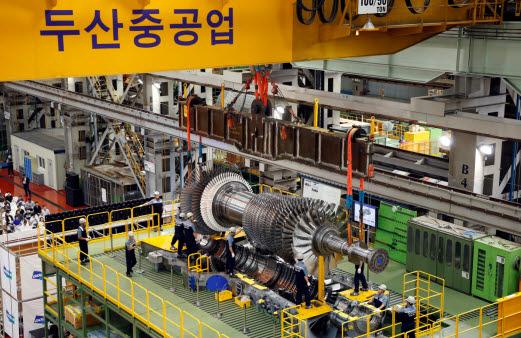 두산중공업의 액화천연가스(LNG) 발전용 가스터빈(DGT6 300H) 최종 조립 단계 모습. [사진= 두산중공업 제공]