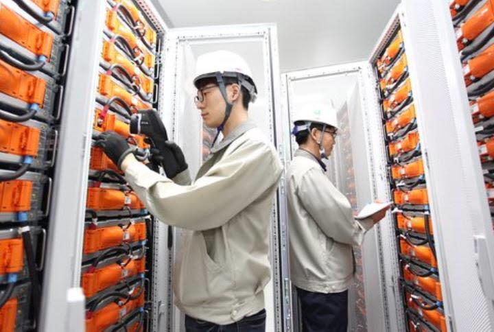 LG화학 직원이 에너지저장장치(ESS) 설비를 점검하고 있다.