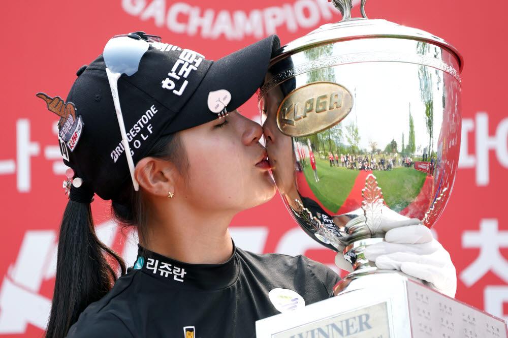 5월 17일 박현경이 양주 레이크우드 컨트리클럽에서 LPGA 최종 라운드를 마친 후 챔피언 트로피를 들고 포즈를 취하고 있다.