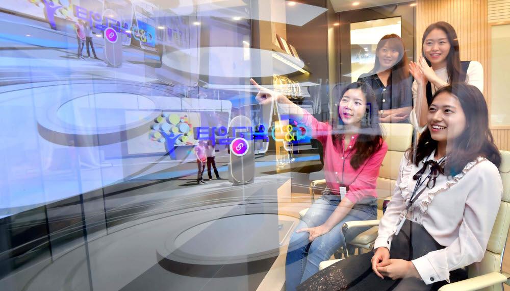 에듀테크, 교육의 디지털 전환을 주제로 한 2020 에듀테크 코리아가 9~11일 온라인 행사로 진행된다. 서울 강남구 타임교육 직원이 가상 전시관에서 교육 솔루션을 살펴보고 있다. 박지호기자 jihopress@etnews.com