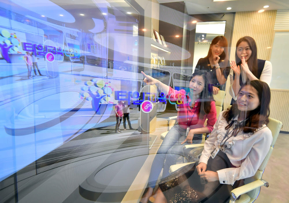 2020 에듀테크코리아가 온라인 생중계로 9일 진행됐다. 서울 강남구 타임교육 직원들이 가상 전시관들을 보고 있다. 박지호기자 jihopress@etnews.com