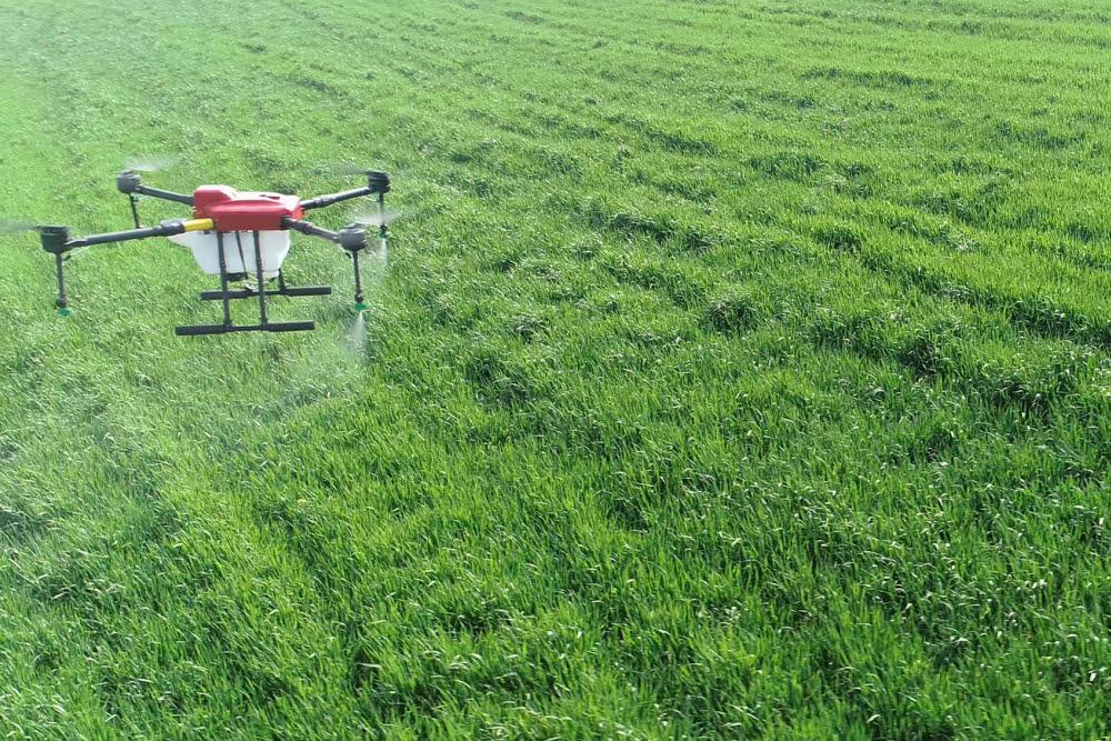 이노드 등이 국산 FC를 채택해 공동 개발한 방제드론 케이드론(Kdrone-A1)의 농약 살포 모습.