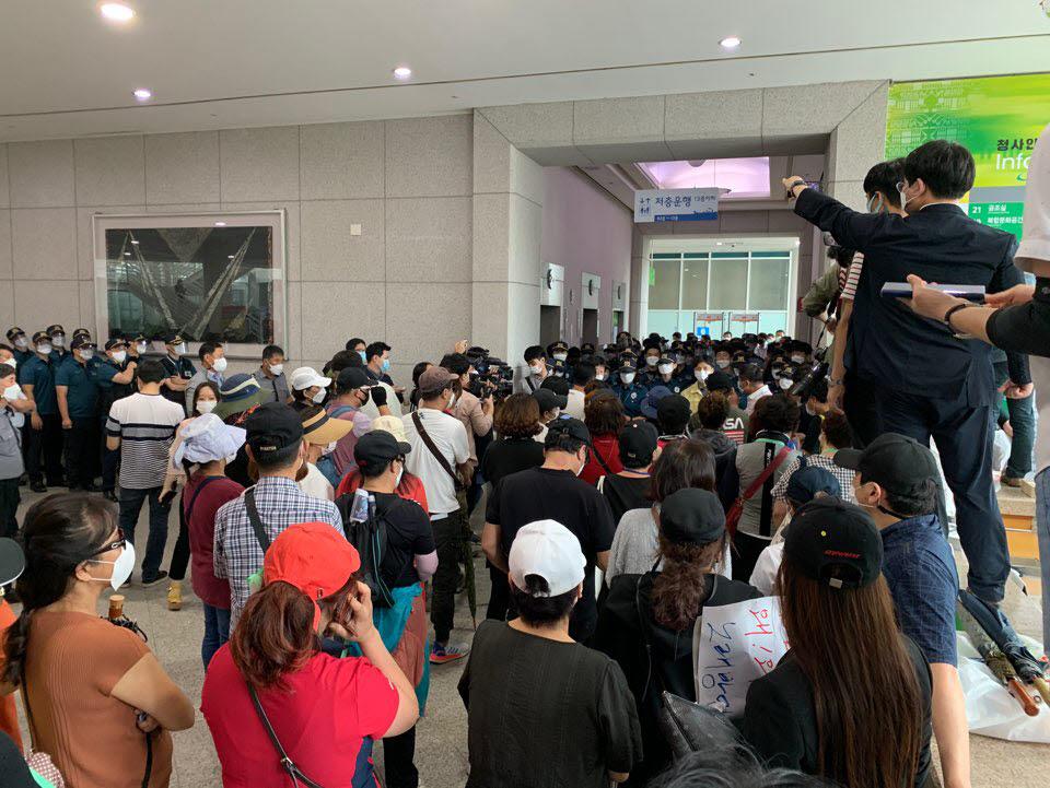 대전지역 노래방 업주들이 10일 대전시청을 찾아 대전시가 사회적 거리두기 2단계 조처를 오는 20일까지 연장키로 한 데 대해 항의하고 있다. 사진출처=독자제보
