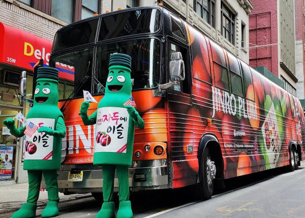 뉴욕 맨해튼에서 열린 한인축제 퍼레이드에 함께한 하이트진로의 자두에이슬 마스코트가 홍보 차량 앞에서 포즈를 취하고 있다.
