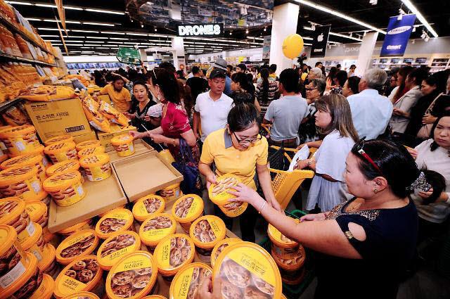 몽골 이마트에서 현지 고객들이 노브랜드 상품을 구매하고 있다.