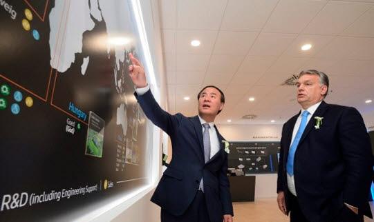 전영현 삼성SDI 사장(왼쪽)이 빅토르 오르반 헝가리 총리에게 회사 전략을 설명하고 있다