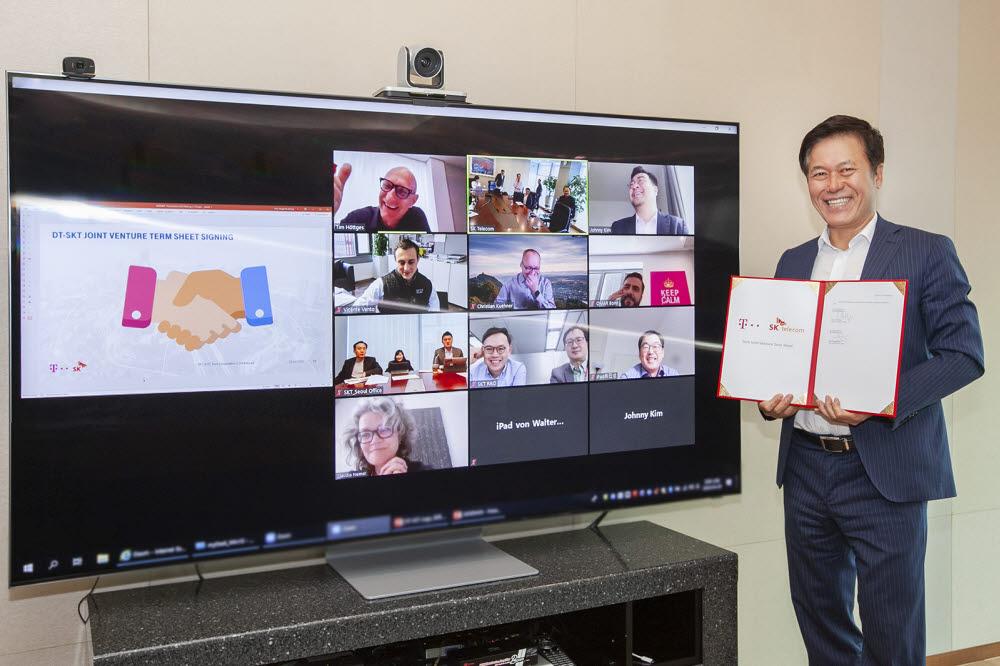 박정호 SK텔레콤 사장과 팀 회트게스 도이치텔레콤 회장(화면 윗줄 왼쪽 첫번째)이 영상 콘퍼런스를 통해 테크 합작회사 설립 계약을 체결했다.