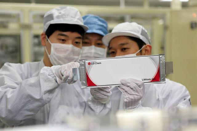LG화학 연구원들이 오창공장에서 생산된 전기차 배터리를 점검하고 있다.