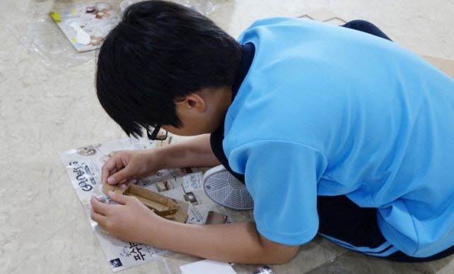 학생들이 골드버그장치 만들기를 체험하고 있다.