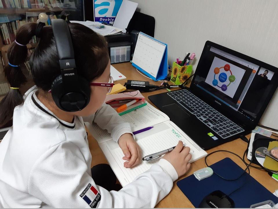 청담어학원 창원 지점 학생이 집에서 라이브 클래스를 이용해 수업하고 있다.