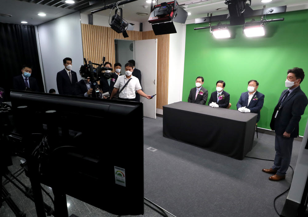 박병석 국회의장(가운데), 김태년 더불어민주당 원내대표(오른쪽), 주호영 국민의힘 원내대표가 열린스튜디오 체험으로 첫 촬영을 하고 있다.