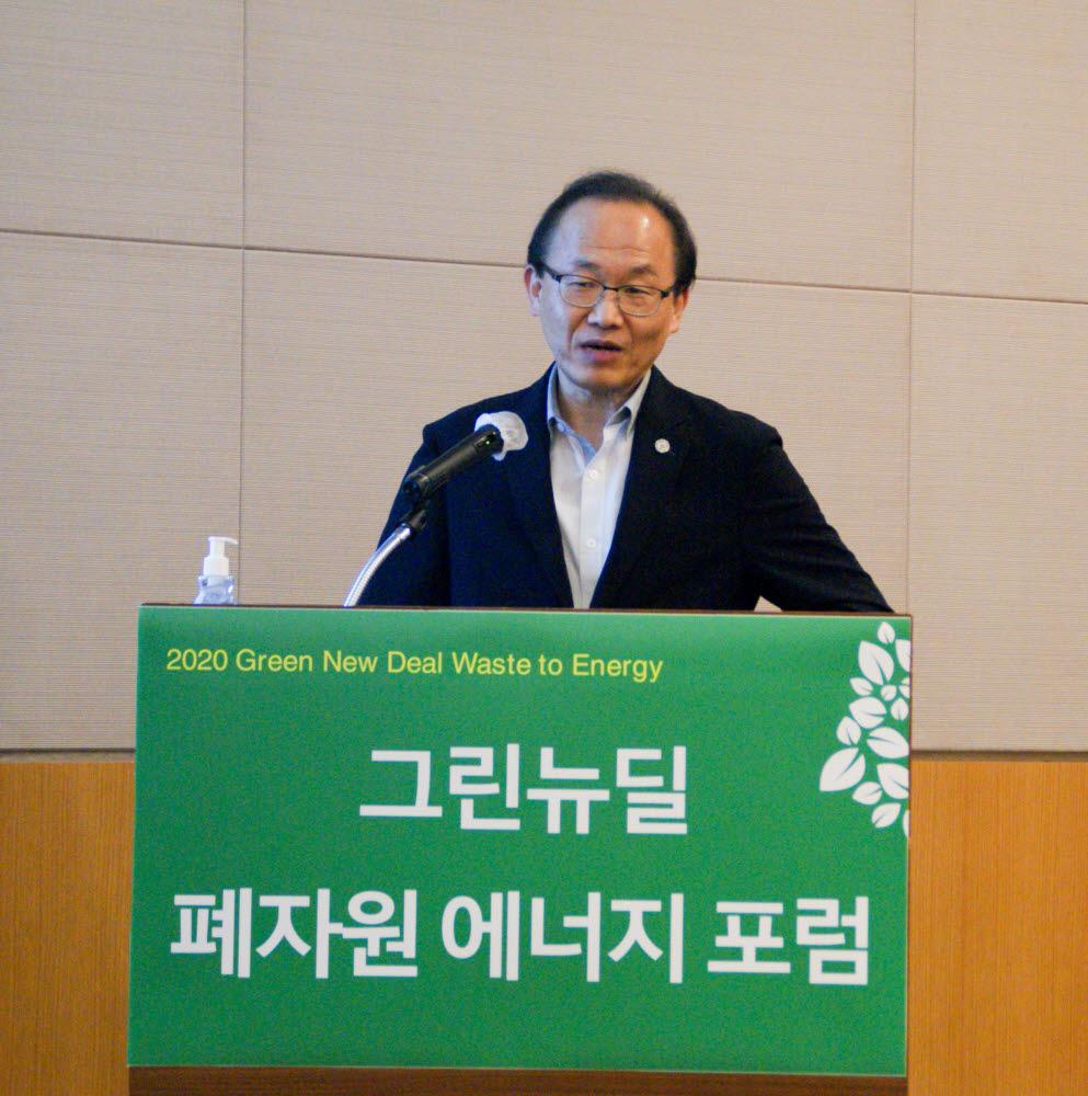 최강일 키나바 대표가 한국동서발전과 추진중인 당진발전소 내 하이브리드 수열탄화(HTC) 그린팰릿 파일럿 프로젝트 세부내용을 발표하고 있다.