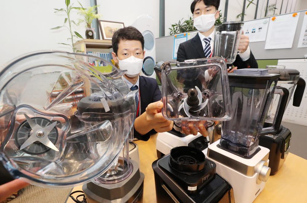 한국소비자원 관계자가 16일 오전 세종시 정부세종청사에서 소비자 선호도가 높은 초고속 블렌더 8개 제품을 대상으로 분쇄 성능, 소음, 내구성, 안전성 등 시험 평가 내용을 설명하고 있다. <연합뉴스>