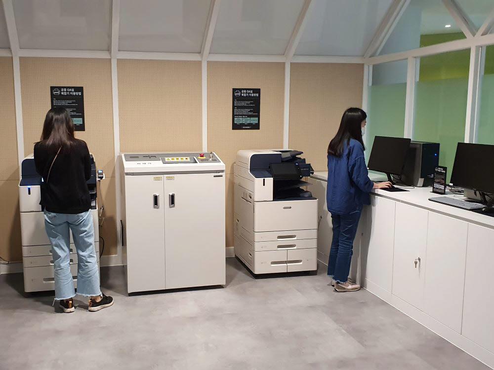 인천콘텐츠기업지원센터 입주기업 직원들이 공용OA시설을 이용하고 있다.