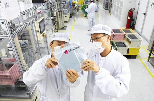 LG화학 연구원들이 배터리 셀을 살펴보고 있다.