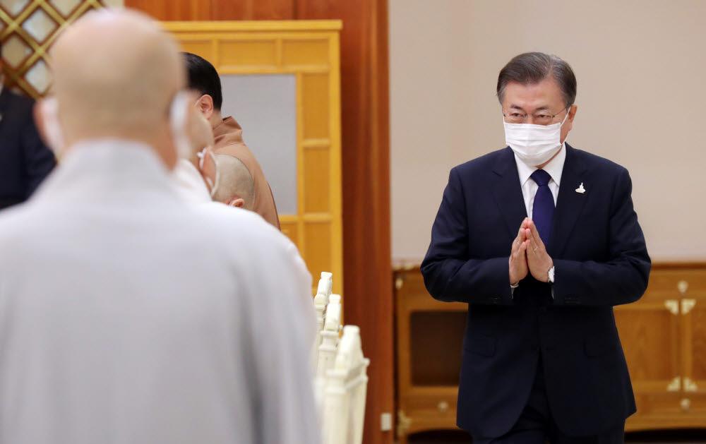문재인 대통령이 18일 오전 청와대에서 한국 불교지도자 초청 간담회에 앞서 참석자들과 인사하고 있다. 연합뉴스