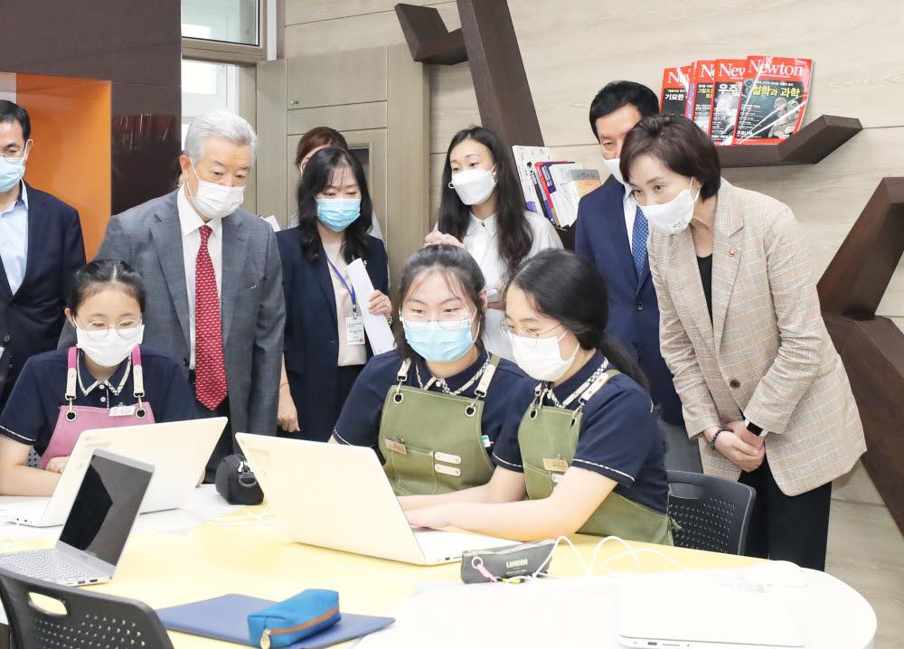 유은혜 부총리가 고교학점제 선도학교인 부산국제외국어고를 찾아 학생들의 수업을 지켜보고 있다