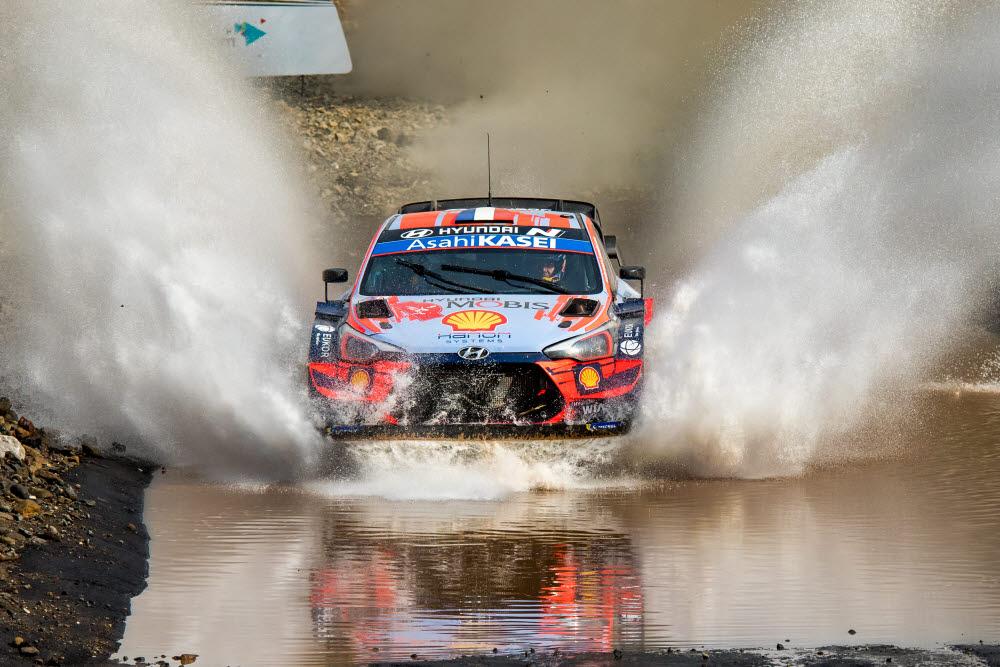 터키 랠리서 열린 2020 월드랠리챔피언십 5차 대회에서 현대자동차 i20 Coupe WRC 랠리카가 달리고 있는 모습.