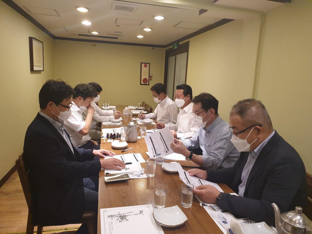 최용국 한국과총 광주전남지역연합회장(오른쪽에서 3번째)이 차세대자동차기술 분과 위원들과 간담회를 갖고 있다.