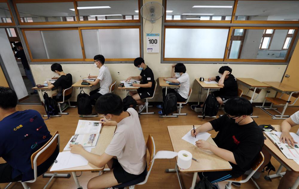 지난 달 수능 100일을 앞두고 고3학생들이 수업을 듣고 있는 모습 <연합뉴스>