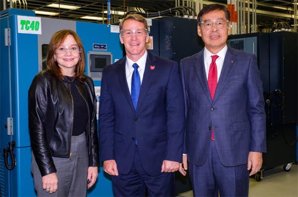 신학철 LG화학 부회장(오른쪽)과 GM 최고경영자 메리 배라 회장(왼쪽)이 지난해 미국 미시간주에 위치한 GM글로벌센터에서 전기차 배터리 생산공장 합작법인 계약을 체결한 뒤 존 휴스티드 오하이오 부주지사와 기념촬영을 하고 있다.