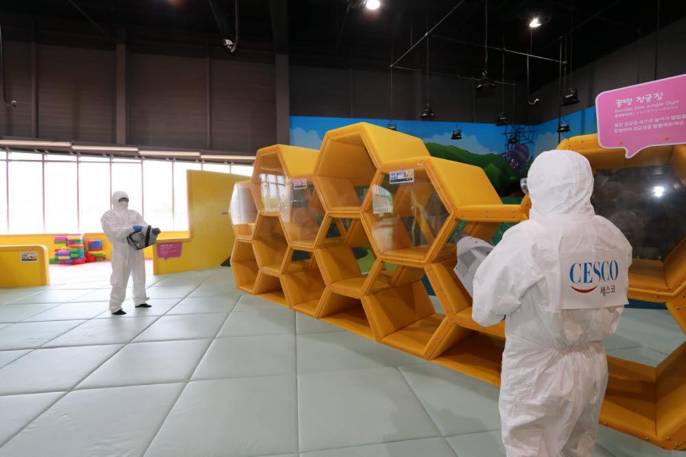 국립광주과학관이 코로나19 예방을 위해 전시관 방역소독을 실시하고 있는 모습.