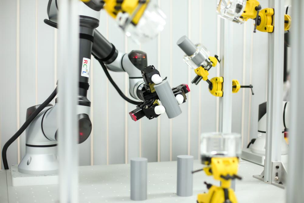 생기원이 개발한 3개 로봇 손가락으로 물건을 집은 모습