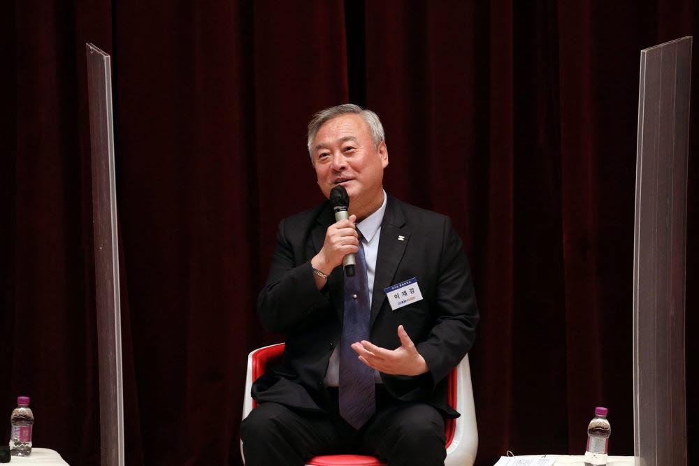 이재강 경기도 평화부지사가 정책토크쇼에서 경기국제평화센터 설립 당위성을 설명하고 있다.