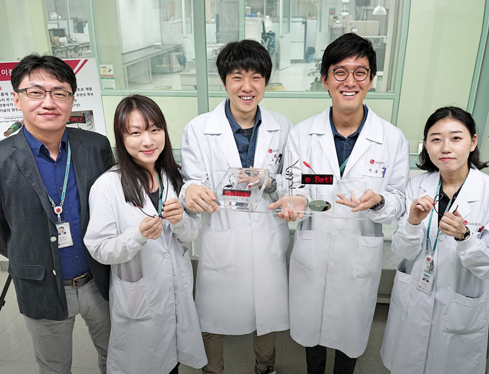 LG화학 배터리 연구원들이 LG 배터리가 탑재된 제품을 들고 있다.