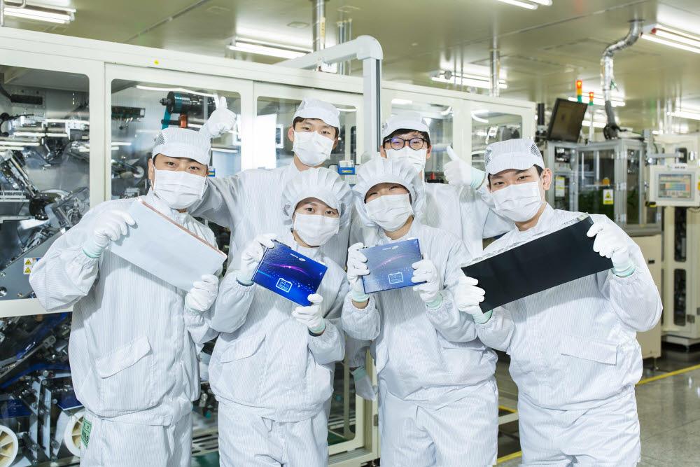삼성SDI 배터리 연구원들이 배터리셀을 들고 있다.