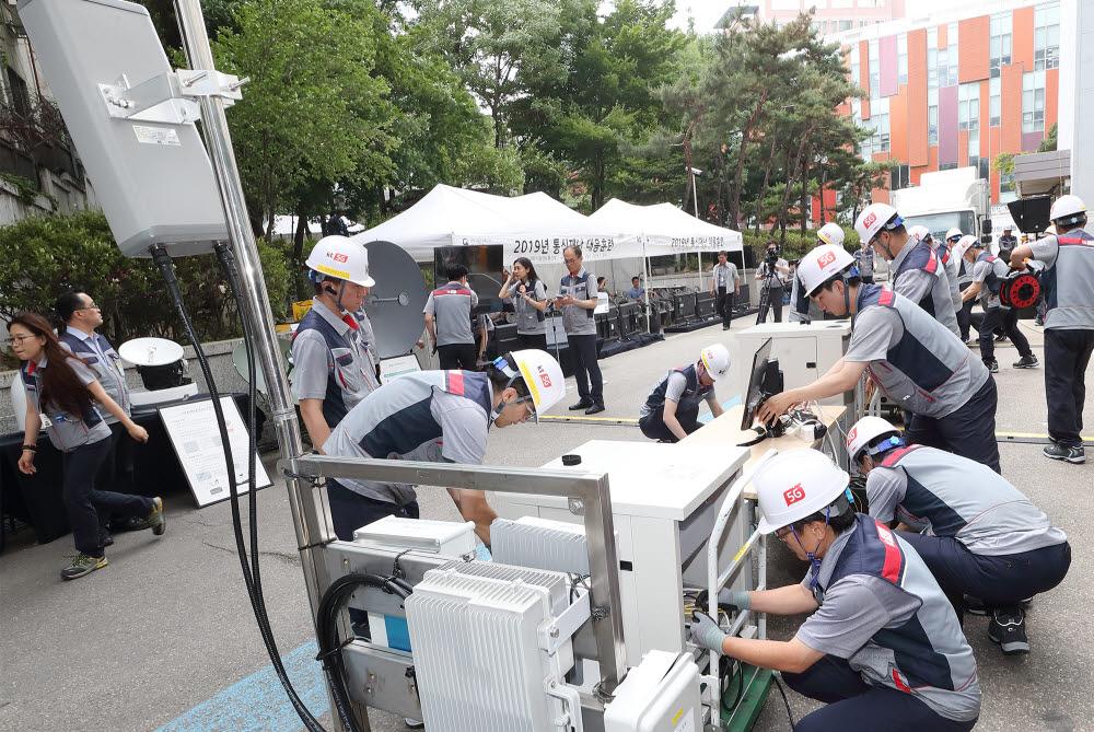 KT 직원이 통신재난 대응훈련에서 긴급 복구작업을 진행하고 있다.