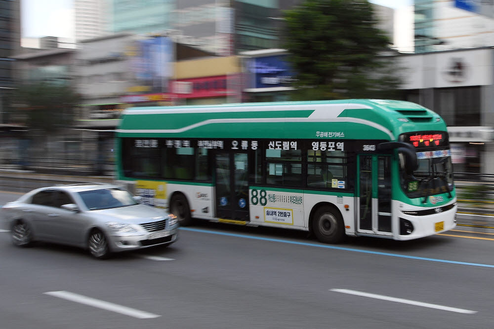 서울 경인로에서 운행 중인 현대차의 전기버스 일렉시티.