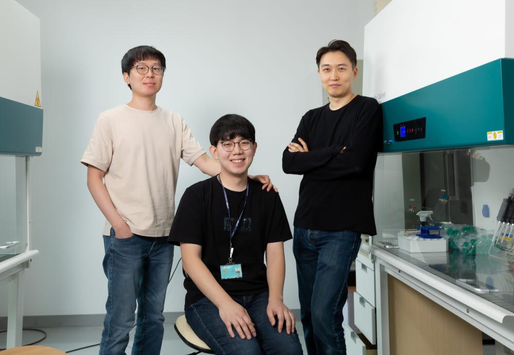 미세유체칩을 개발한 강주헌 UNIST 교수팀(왼쪽부터 권세용 연구조교수, 이민석 연구원, 강 교수)