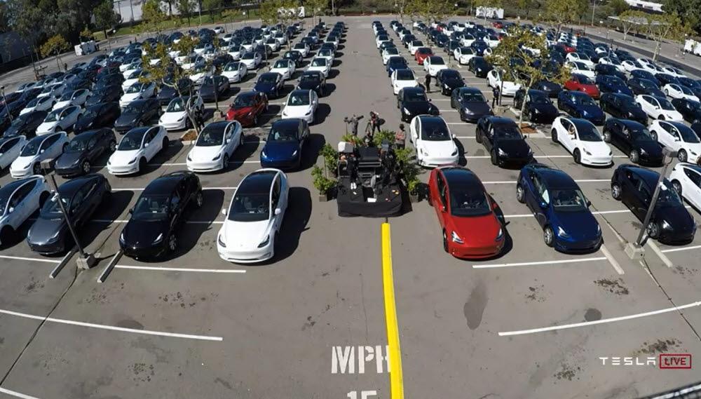 22일(현지시간) 미국 캘리포니아주 프레몬트공장에서 열린 배터리 데이에서 관람객들이 차안에서 행사를 지켜보고 있다. (테슬라 배터리 데이 영상 캡처)