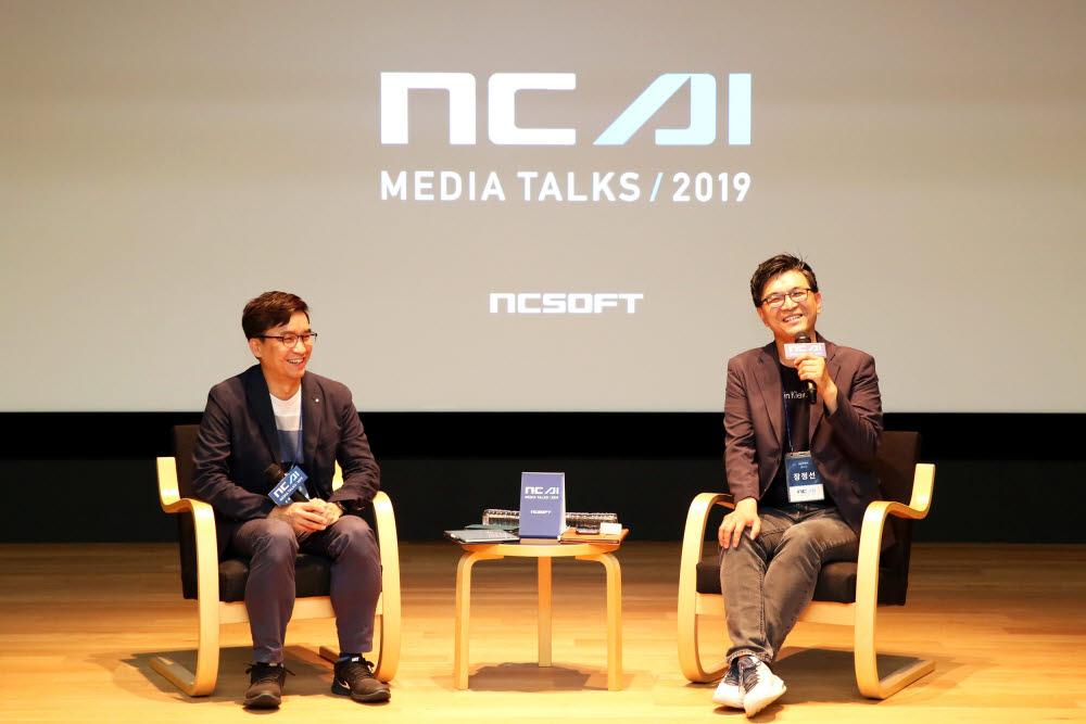 2019 NC AI DAY에서 얘기하는 이재준 AI 센터장(왼쪽)과 장정선 NLP 센터장