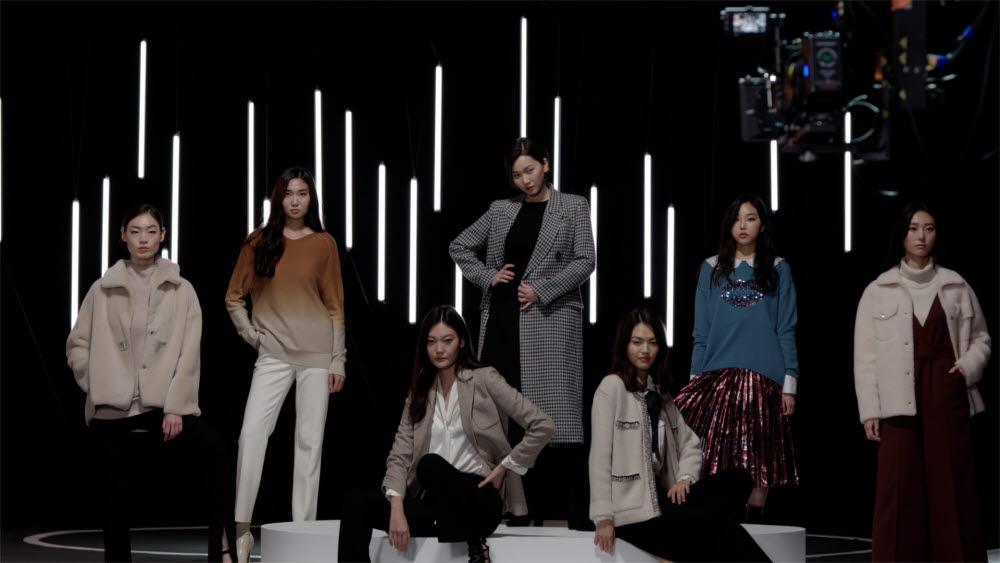 GS샵은 `온택트 패션쇼를 22일 성황리에 마치고 26일 앵콜 방송한다.