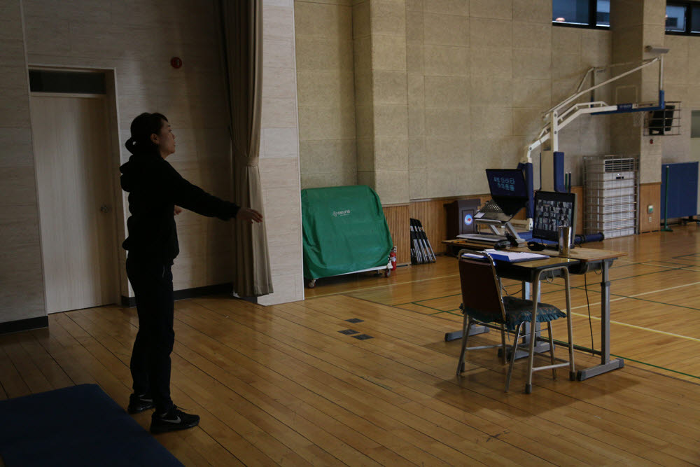 운암고 교사가 온라인 실시간 체육수업을 하고 있다.
