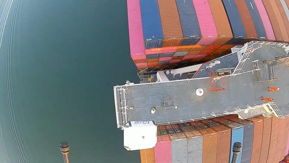 드론이 배송할 물품을 낙하하는 모습