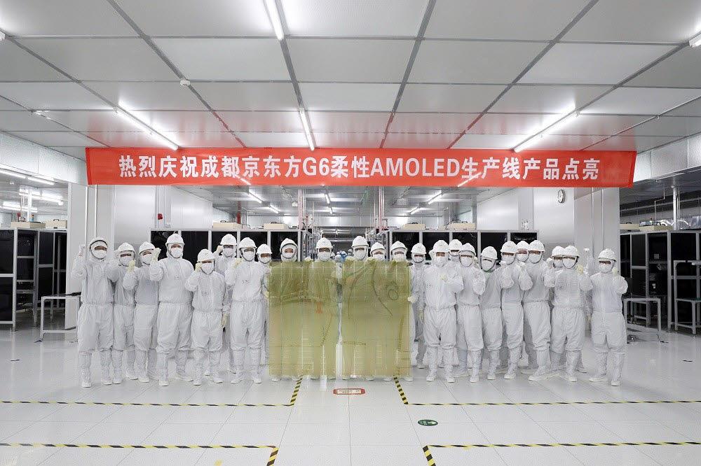 2017년 BOE의 6세대 플렉시블 OLED 양산 기념 사진. 중국에서 6세대 플렉시블 OLED를 대량 생산한 건 BOE가 처음이다.<사진출처=OFweek 디스플레이 네트워크>
