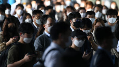 연휴 첫날 신규 확진자 113명…산발 감염 잇달아