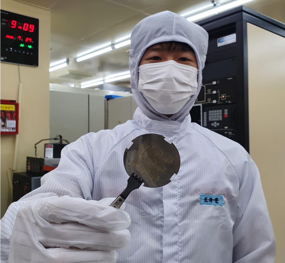 ETRI가 개발한 수직형 질화갈륨(GaN) 전력반도체 웨이퍼