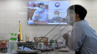 코로나에 바뀐 국감장…인원 축소·비대면 영상회의