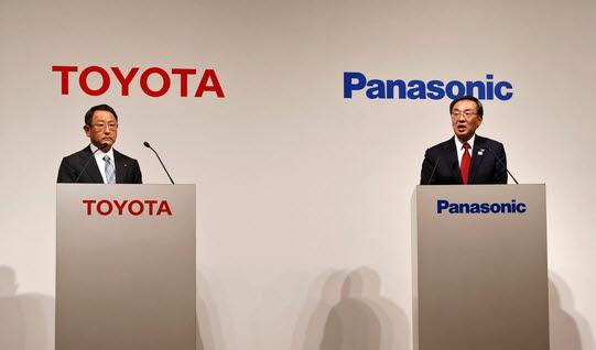 도요다 아키오 도요타자동차 사장(왼쪽)과 카즈히로 츠가 파나소닉 사장.