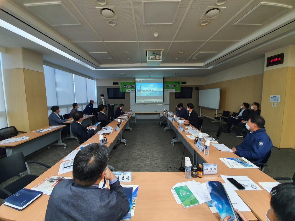 전남테크노파크는 8일 광양창조경제혁신센터에서 전남 친환경 항만 산업육성 클러스터 구축 워크숍을 개최했다.