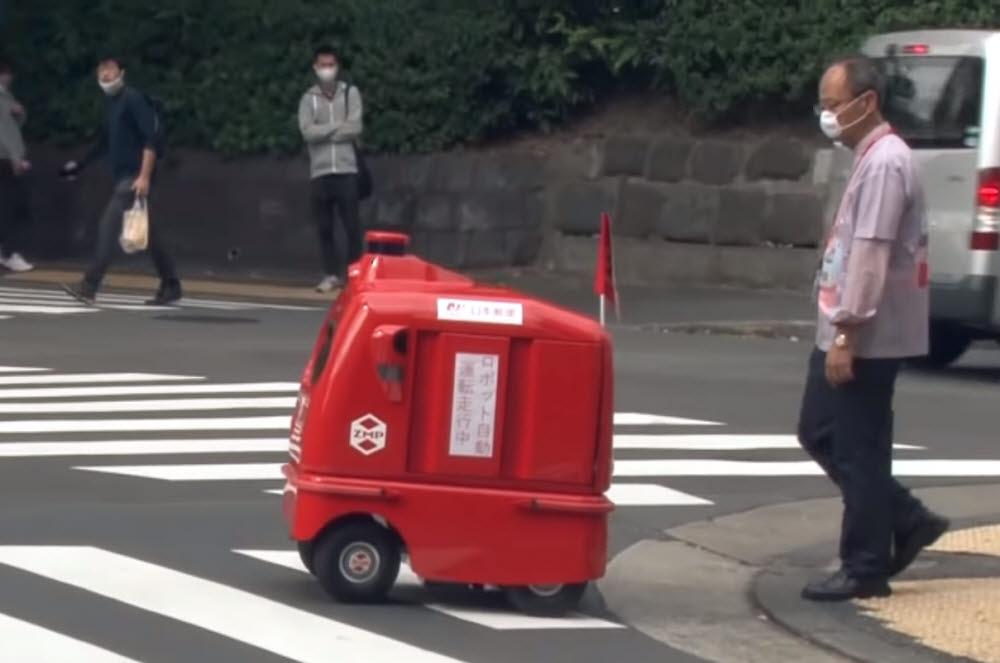 일본우편의 무인 배송 로봇 데리로. <사진=교도통신 유튜브 영상 갈무리>