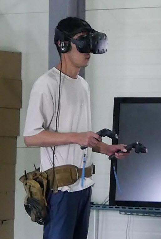 비아코 개발자가 비아코 VR 리로드 성능을 테스트하고 있다.