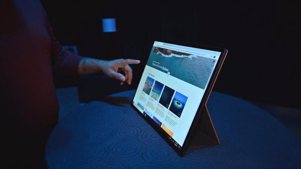 인텔이 올초 CES에서 공개한 호스슈 벤드 시제품. 화면을 펼친 상태로 세우면 모니터처럼 쓸 수 있으면서 반으로 접으면 노트북으로 활용할 수 있다.<사진=인텔>