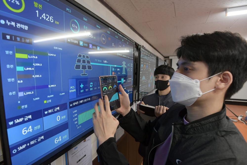 대연씨앤아이 관계자가 국내 태양광 발전소를 원격 모니터링하고 있다.