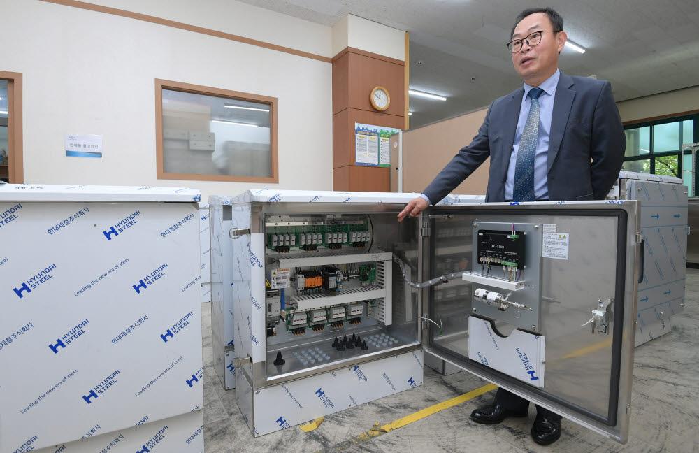 신대현 대연씨앤아이 대표가 자체개발한 태양광발전 접속함을 소개하고 있다.