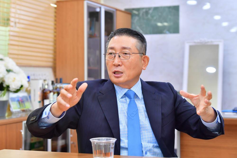 """[데스크가 만났습니다] 김일주 드링크인터내셔널 회장 """"K-소주를 세계 주류로...글로벌 종합주류회사 도전"""""""